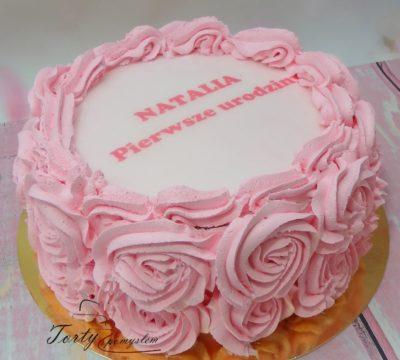 tort w śmietanowe różowe róże