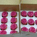 muffinki z kremem układanym w róże