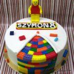 tort w stylu lego z ludzikiem lego