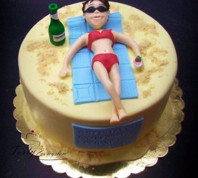 tort z  kobietą na plaży