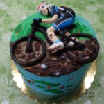 tort z rowerzystą